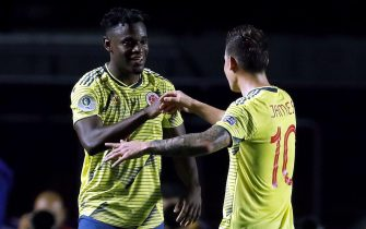epa07659138 Colombian Duvan Zapata (L) celebrates with his teammate James Rodriguez after scoring the 1-0 lead during the Copa America 2019 Group B soccer match between Colombia and Qatar, at Morumbi Stadium in Sao Paulo, Brazil, 19 June 2019.  EPA/Paulo Whitaker