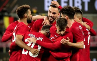 epa08727913 Turkey's Kenan Karaman (C) celebrates with his teammates after scoring the 3-3 equalizer during the international friendly soccer match between Germany and Turkey at Rheinenergiestadion in Cologne, Germany, 07 October 2020.  EPA/FRIEDEMANN VOGEL
