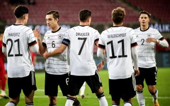 epa08727685 Germany's Julian Draxler (C) celebrates with his teammates after scoring the 1-0 lead during the international friendly soccer match between Germany and Turkey at Rheinenergiestadion in Cologne, Germany, 07 October 2020.  EPA/FRIEDEMANN VOGEL