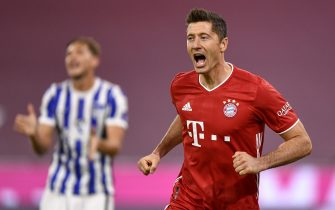 epa08720825 Bayern's Robert Lewandowski celebrates after scoring a goal during the German Bundesliga soccer match between Bayern Munich and Hertha BSC Berlin in Munich, Germany, 04 October 2020.  EPA/LUKAS BARTH-TUTTAS CONDITIONS - ATTENTION: The DFL regulations prohibit any use of photographs as image sequences and/or quasi-video.