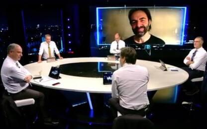 Neri Marcoré imita Pirlo a Sky Calcio Club. VIDEO