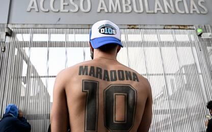 Maradona, l'amore dei tifosi fuori dall'ospedale