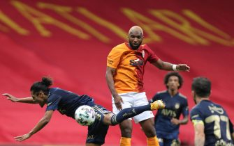 epa08702391 Galatasaray's Ryan Babel (C) in action against Fenerbahce's Mauricio Lemos (L) during the Turkish Super League soccer match between Galatasaray and Fenerbahce in Istanbul, Turkey, 27 September 2020.  EPA/STR