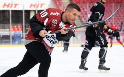 Podolski, vince scommessa: giocherà a hockey!