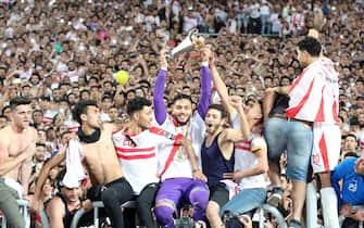 epa07604565 Al Zamalek players celebrate with the Africa Cup trophy after winning the the CAF Confederations Cup final match between Al Zamalek and RSB Barkane Club at Borg El Arab Stadium in Alexandria, Egypt, 26 May 2019.  EPA/KHALED ELFIQI
