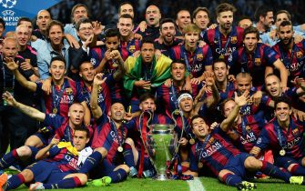 epa04787139 FC Barcelona players celebrate with the trophy after the UEFA Champions League final between Juventus FC and FC Barcelona at the Olympic stadium in Berlin, Germany, 06 June 2015. Barcelona won 3-1.  EPA/ANDREAS GEBERT