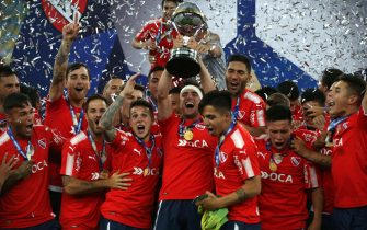 epa06388310 Independiente's Nicolas Tagliafico (C) and teammates celebrate with the champion trophy of the Copa Sudamericana after the Copa Sudamericana final match between Argentina's Independiente and Brazil's Flamengo, at the Maracana Stadium, in Rio de Janeiro, Brazil, 13 December 2017.  EPA-  EPA/MARCELO SAYAO