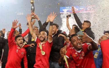 epa08847268 Al-Ahly players celebrate with the trophy after winning the CAF Champions League final soccer match Zamalek vs Al-Ahly at Cairo International Stadium in Cairo, Egypt, 27 November 2020.  EPA/KHALED ELFIQI