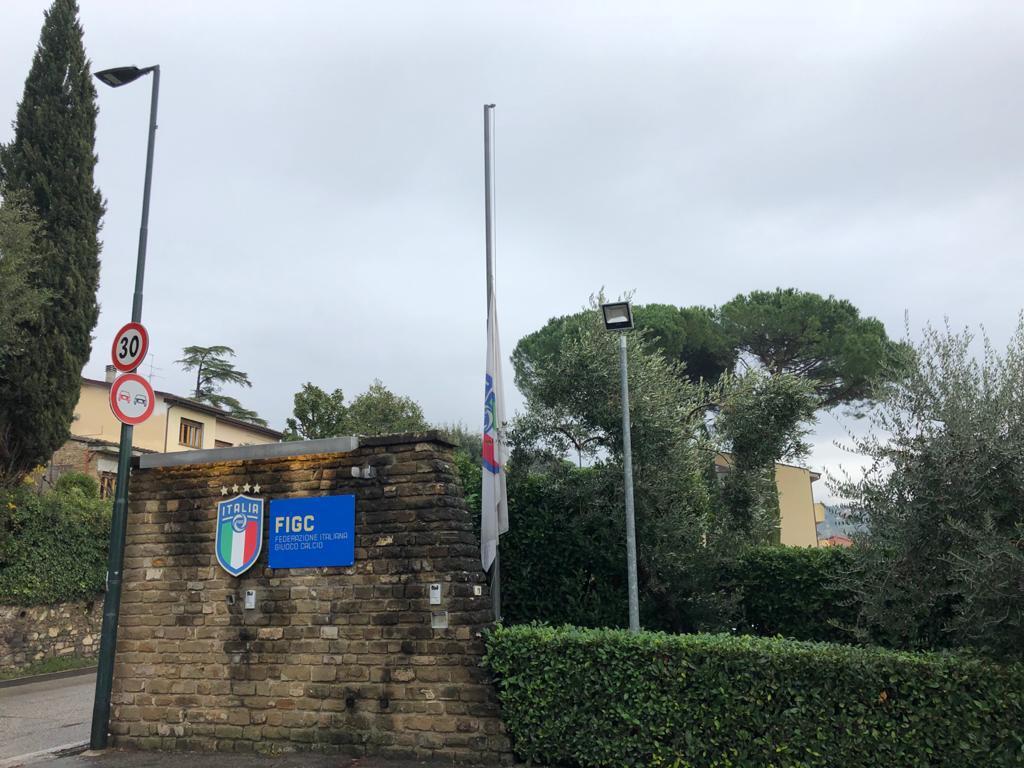 Bandiere a mezz'asta per la morte di Paolo Rossi