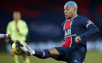 epa08888856 Paris Saint Germain's Kylian Mbappe in action during the French Ligue 1 soccer match between PSG and Lorient at the Parc des Princes stadium in Paris, France, 16 December 2020.  EPA/YOAN VALAT