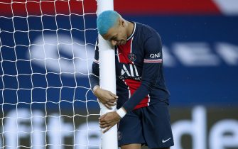 epa08888937 Paris Saint Germain's Kylian Mbappe reacts during the French Ligue 1 soccer match between PSG and Lorient at the Parc des Princes stadium in Paris, France, 16 December 2020.  EPA/YOAN VALAT