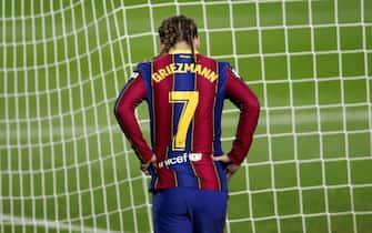 epa08888886 FC Barcelona's striker Antoine Griezmann reacts during the Spanish LaLiga soccer match between FC Barcelona and Real Sociedad at Camp Nou stadium in Barcelona, Catalonia, Spain, 16 December 2020.  EPA/Alejandro Garcia