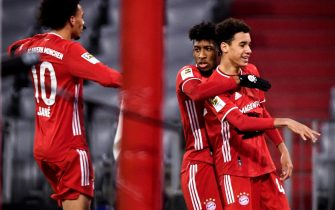 epa08864561 Bayern's Jamal Musiala (R) celebrates with his teammates after scoring the 1-1 equalizer during the German Bundesliga soccer match between FC Bayern Munich and RB Leipzig at Allianz Arena in Munich, Germany, 05 December 2020.  EPA/LUKAS BARTH-TUTTAS / POOL CONDITIONS - ATTENTION: The DFL regulations prohibit any use of photographs as image sequences and/or quasi-video.