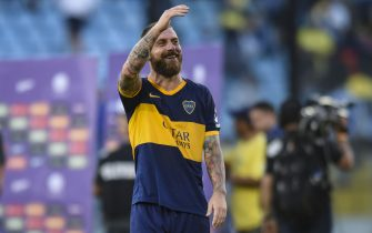 BUENOS AIRES, ARGENTINA - NOVEMBER 24:  Daniele De Rossi of Boca Juniors waves the fans before a match between Boca Juniors and Union as part of Superliga 2019/20 at Estadio Alberto J. Armando on November 24, 2019 in Buenos Aires, Argentina. (Photo by Marcelo Endelli/Getty Images)