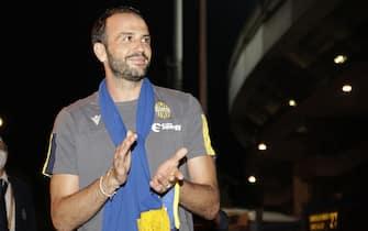 Giampaolo  Pazzini saluta i tifosi della Curva Sud dell'Hellas Verona dopo aver  annunciato dopo la partita contro la Spal di aver deciso di lasciare la società a fine stagione, Verona, 29 luglio 2020.ANSA/EMANUELE PENNACCHIO