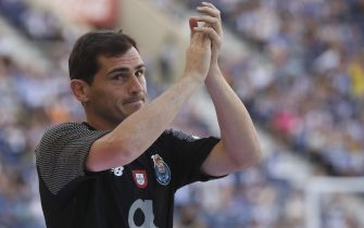 epa08583269 (FILE) - FC Porto's goalkeeper Iker Casillas greets the fans during the presentation of the team prior to the friendly soccer match between FC Porto and Newcastle United at Dragao stadium, Porto, Portugal, 28 July 2018 (re-issued on 04 August 2020). Casillas announced on 04 August 2020 his decision to retire from professional football.  EPA/MANUEL FERNANDO ARAUJO *** Local Caption *** 54519318