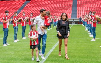 epa08438002 A handout picture provided by Athletic Bilbao shows Athletic Bilbao's Aritz Aduriz (C-R) accompanied by wife and daughters attending his retirement honorary ceremony at San Mames stadium in Bilbao, Spain, 22 May 2020. Athletic Bilbao's striker Aritz Aduriz announced his retirement on 20 May 2020 due to an injury. Aduriz scored 141 goals in 296 appearances for Spanish La Liga soccer club Athletic Bilbao.  EPA/ATHLETIC CLUB BILBAO / HANDOUT  HANDOUT EDITORIAL USE ONLY/NO SALES