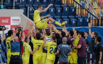 epa08555507 Villarreal players celebrate with teammate Bruno Soriano (C) as he played his last game with the team after the Spanish LaLiga soccer match between Villarreal CF and SD Eibar held at La Ceramica stadium, in Villarreal, Spain, 19 July 2020.  EPA/DOMENECH CASTELLO