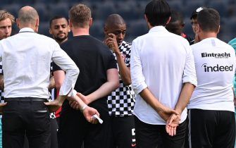 epa08512569 Frankfurt's Gelson Fernandes (C) and teammates react after the German Bundesliga soccer match between Eintracht Frankfurt and SC Paderborn 07 in Frankfurt, Germany, 27 June 2020.  EPA/SASCHA STEINBACH / POOL CONDITIONS - ATTENTION: The DFL regulations prohibit any use of photographs as image sequences and/or quasi-video.