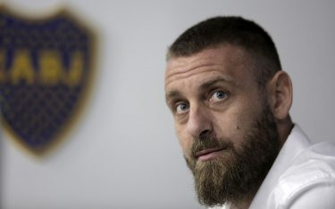 Veteran former Italy international Daniele De Rossi gestures during a press conference in Buenos Aires, Argentina, on December 6, 2020, where he announced his retirement from football, just six months after joining Argentine giants Boca Juniors. - De Rossi played only seven matches for the Buenos Aires outfit, scoring once, but said he needed to return home for family reasons. (Photo by Enrique SANTOS / AFP) (Photo by ENRIQUE SANTOS/AFP via Getty Images)