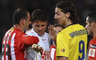ALMERIA, SPAIN - MARCH 06: Zlatan Ibrahimovic (R) of Barcelona argues with Fernando Soriano (L) and  Diego Alves of Almeria after Referee Carlos Clos sent off Ibrahimovic during the La Liga match between UD Almeria and Barcelona at Estadio del Mediterraneo on March 6, 2010 in Almeria, Spain.  (Photo by Denis Doyle/Getty Images)