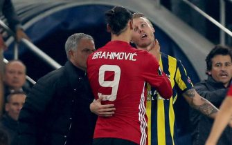 epa05616328 Manchester United's Zlatan Ibrahimovic (C) argues with Fenerbahce Istanbul's Simon Kjaer (back-R) as Manchester United's head coach Jose Mourinho looks at them at the UEFA Europa League group A match between Fenerbahce Istanbul and Manchester United in Istanbul, Turkey 03 November 2016.  EPA/TOLGA BOZOGLU