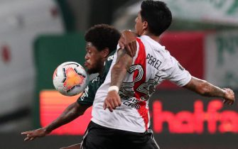 epa08934074 Palmeiras' Adriano (L) vies for the ball against Enzo Perez (R) of River during a Copa Libertadores semifinals soccer match between Palmeiras and River Plate, at the Allianz Parque stadium, in Sao Paulo, Brazil, 12 January 2021.  EPA/AMANDA PEROBELLI / POOL