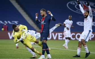 epa08882830 Paris Saint Germain's Neymar Jr (C) and Lyon's goalkeeper Anthony Lopes (L) in action during the French Ligue 1 soccer match between PSG and Lyon at the Parc des Princes stadium in Paris, France, 13 December 2020.  EPA/YOAN VALAT