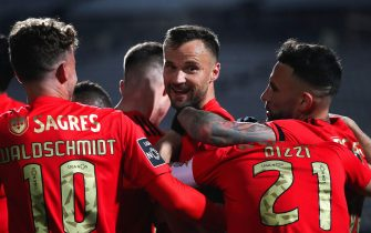 epa09062954 Benfica's Haris Seferovic (C) celebrates with teammates after scoring a goal during the Portuguese First League soccer match between Belenenses and Benfica Lisbon at the National Stadium in Oeiras, near Lisbon, Portugal, 08 March 2021.  EPA/MANUEL DE ALMEIDA