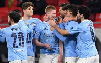 epa09078722 Kevin De Bruyne of Manchester City (C) celebrates with teammates after scoring a goal against Borussia Moenchengladbach during the UEFA Champions League round of 16 second leg soccer match between Manchester City and Borussia Moenchengladbach in the Puskas Ferenc Arena in Budapest, Hungary, 16 March 2021.  EPA/Tibor Illyes HUNGARY OUT