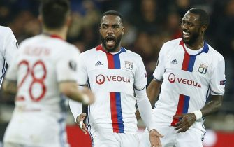 epa05958048 Lyon's Alexandre Lacazette (C) reacts with team mates after scoring during the UEFA Europa League semi final, second leg soccer match in Lyon, France, 11 May 2017.  EPA/GUILLAUME HORCAJUELO
