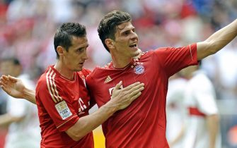 epa02732223 Bayern Munich's?Mario Gomez (R) celebrates with his teammate Miroslav Klose (L) after scoring the opening goal during the German Bundesliga soccer match between FC Bayern Munich and VfB Stuttgart in Munich, Germany, 14 May 2011. (ATTENTION: EMBARGO CONDITIONS! The DFL permits the further utilisation of the pictures in IPTV, mobile services and other new technologies only no earlier than two hours after the end of the match. The publication and further utilisation in the internet during the match is restricted to six pictures per match only.)  EPA/ANDREAS GEBERT