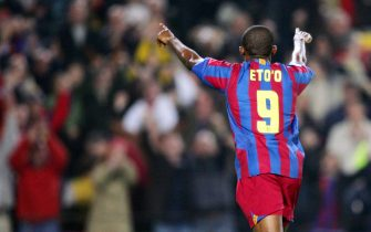 Barcelona, SPAIN:  FC Barcelona's Cameroonian forward Samuel Eto'o celebrates his 100th goal in the Spanish championships during their Spanish Liga football match against Getafe, 21 March 2006 at the Camp Nou stadium in Barcelona. AFP PHOTO / LLUIS GENE  (Photo credit should read LLUIS GENE/AFP via Getty Images)