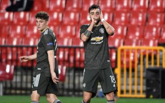 epa09123265 Manchester's midfielder Bruno Fernandes (R) celebrates after scoring the 0-2 goal during the UEFA Europa League quarterfinal first leg soccer match between Granada CF and Manchester United held at Nuevo Los Carmenes stadium in Granada, southern Spain, 08 April 2021.  EPA/MIGUEL ANGEL MOLINA