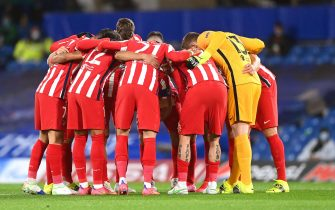epa09080642 Atletico players huddle ahead of the UEFA Champions League Round of 16, second leg soccer match between Chelsea FC and Atletico Madrid in London, Britain, 17 March 2021.  EPA/NEIL HALL