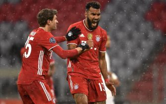 epa09121225 Bayern's Eric Maxim Choupo-Moting (R) celebrates scoring his side's first goal with team-mate Thomas Mueller during the UEFA Champions League quarterfinal, 1st leg soccer match between FC Bayern Muenchen and Paris Saint-Germain in Munich, Germany, 07 April 2021.  EPA/LUKAS BARTH-TUTTAS