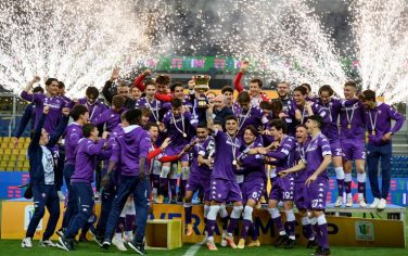 PARMA, ITALY - APRIL 28: President of ACF Fiorentina Rocco Commisso lifts the Primavera Italy Cup Trophy as his team celebrate victory after the Primavera TIM Cup Final match between ACF Fiorentina and SS Lazio at Ennio Tardini Stadium on April 28, 2021 in Parma, Italy. (Photo by Marco Rosi - SS Lazio/Getty Images)