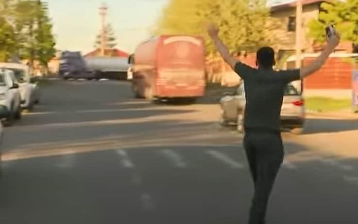 Il giocatore del Cluj rincorre il bus