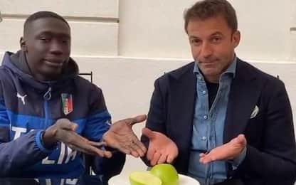 Khaby taglia una mela e spunta Del Piero. VIDEO