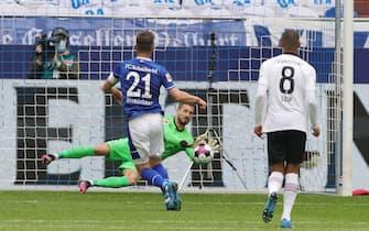 firo: 15.05.2021, Fuvuball, 1st Bundesliga, season 2020/2021, FC Schalke 04 - Eintracht Frankfurt Klaas-Jan Huntelaar only scores in the afterschuvu with a penalty to the 1-0 goal versus Kevin Trapp | usage worldwide