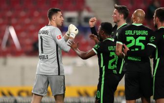 epa09151313 Koen Casteels of VfL Wolfsburg interacts with Ridle Baku after making a save from a penalty during the German Bundesliga soccer match between VfB Stuttgart and VfL Wolfsburg at Mercedes-Benz Arena in Stuttgart, Germany, 21 April 2021.  EPA/Christian Kaspar-Bartke / POOL DFL regulations prohibit any use of photographs as image sequences and/or quasi-video.