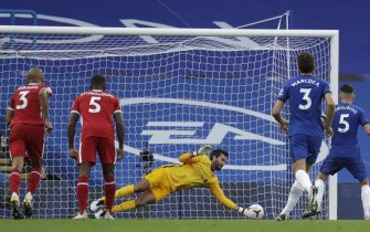 epa08684468 Alisson of Liverpool (C) saves a penalty from Jorginho of Chelsea (R) during the English Premier League match between Chelsea vs Liverpool in London, Britain, 20 September 2020.  EPA/Matt Dunham / POOL EDITORIAL USE ONLY. No use with unauthorized audio, video, data, fixture lists, club/league logos or 'live' services. Online in-match use limited to 120 images, no video emulation. No use in betting, games or single club/league/player publications.