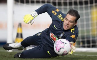 epa08728012 A handout photo made available by the CBF (Brazilian Football Confederation) showing goalkeeper Ederson, during training today at the Comary Farm in the city of Teresopolis, Brazil, 07 October 2020.  EPA/Lucas Figueiredo / Brazilian Football Confederation HANDOUT  HANDOUT EDITORIAL USE ONLY/NO SALES