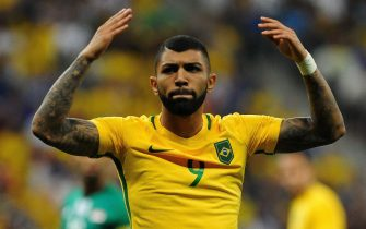 epa05463998 Gabriel Barbosa (R) of Brazil reacts during their Group A soccer match of the Men's tournament, between Iraq and Brazil, as part of the Rio 2016 Olympic Games at the National Stadium of Brasilia in Brasilia, Brazil, 07 August 2016.  EPA/ANDRESSA ANHOL BRAZIL OUT