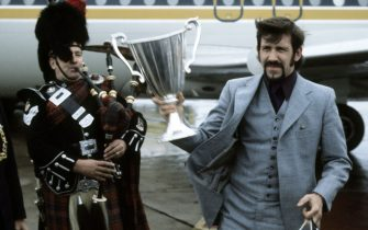 MAY 1972.GLASGOW.Rangers captain John Greig gets a traditional Scottish welcome after returning home with the European Cup Winners' Cup.   (Photo by SNS Group via Getty Images)