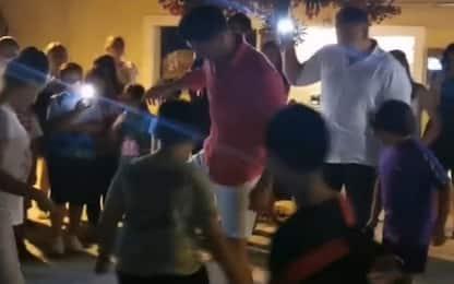 Lewandowski gioca in piazza coi bimbi in Sardegna