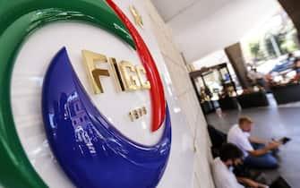 Il logo all'ingresso della sede della Figc (Federazione Italiana Gioco Calcio) il 25 giugno 2020. ANSA/RICCARDO ANTIMIANI