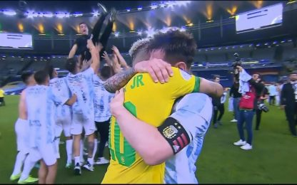 Messi-Neymar, abbraccio dopo la finale di Copa