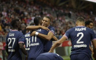 epa09435970 Paris Saint-Germain's Kylian Mbappe (C) celebrates with teammates after scoring the 1-0 lead during the French Ligue 1 soccer match between Stade Reims and Paris Saint-Germain (PSG) at Stade Auguste-Delaune II in Reims, France, 29 August 2021.  EPA/YOAN VALAT