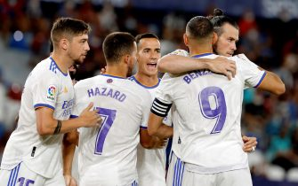 epa09425435 Real Madrid's striker Gareth Bale (R) celebrates with his teammates after scoring the 0-1 during the Spanish LaLiga soccer match between Levante UD and Real Madrid at Ciutat de Valencia stadium in Valencia, esastern Spain, 22 August 2021.  EPA/Juan Carlos Cardenas